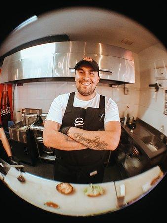 Hamburguesas Pecado Capital - Normandia: El genio detrás de nuestras creaciones. El chef Habbit Montes hamburguesologo experto!!