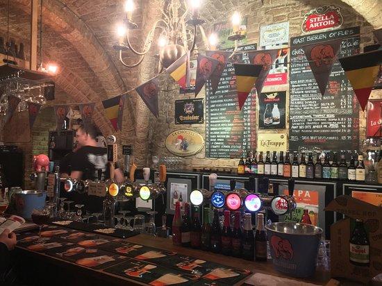 Brujas, Bélgica: 맥주 천국인 벨기에인만큼, 다양한 종류의 맥주를 판매하고 있습니다.