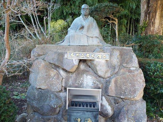 外には大僧正の石像もありました。