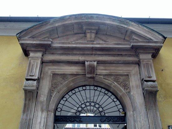 Ex Collegio della Guastalla: Il portale d'ingresso