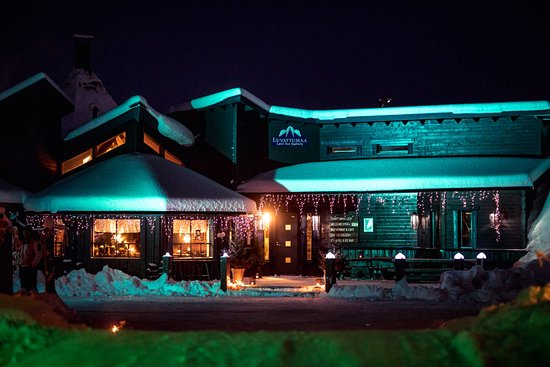 Levi, Suomi: Luvattumaa Lappish restaurant and entrance to the Snow castle