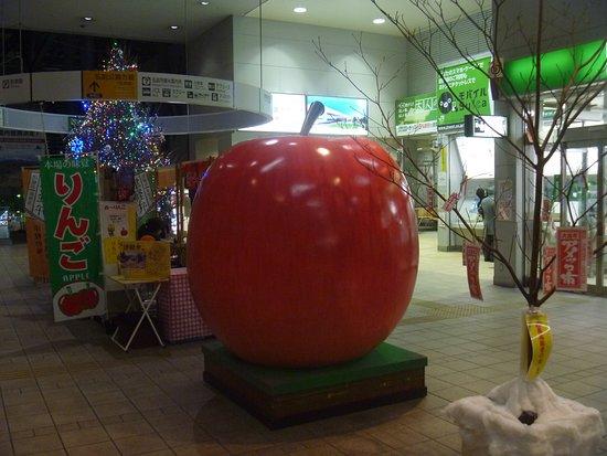 Kenko to Biyo ni Hirosaki Ringo Statue