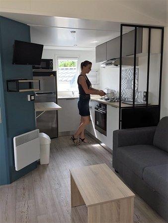 Verton, Francuska: La cuisine d'un de nos mobil-homes 2 chambres