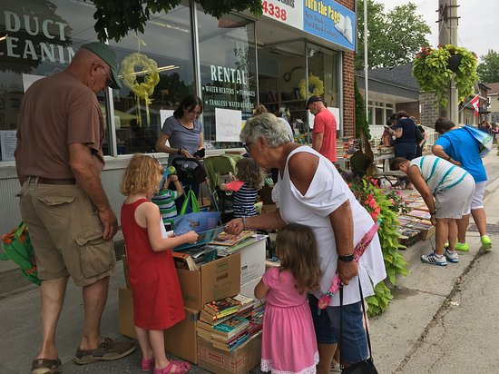 Sutton, Canada: Festival goers checking out the wares of one of our many businesses along High Street during Festival on High.