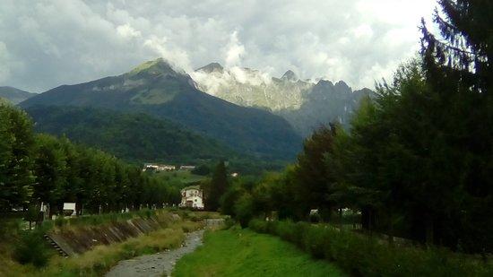 Pedavena (BL) - panorama sulle Dolomiti Feltrine. Foto scattata dal ponte sul torrente a fianco della storica e omonima birreria (agosto 2018)
