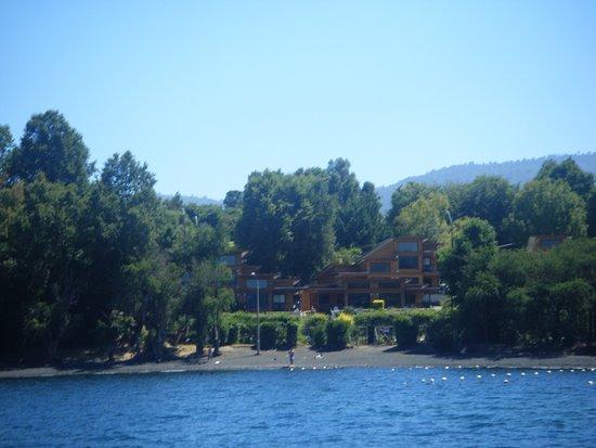 Cabanas El Roble Lican Ray: Vista desde el Lago Calafquen, al complejo de cabañas El Roble