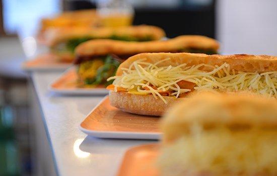 Tours, France: Sandwich végétarien, Panais, carottes, Comté, vinaigrette miel