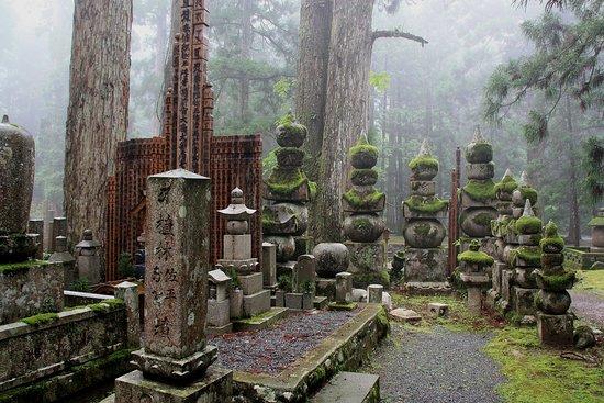 Japonsko: Cimitero presso Koya San. Racconto di viaggio Giappone disponibile sul nostro sito.