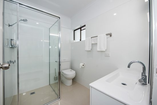 Casa Nostra Motel Mackay: Our beautiful on suite bathroom in every room.
