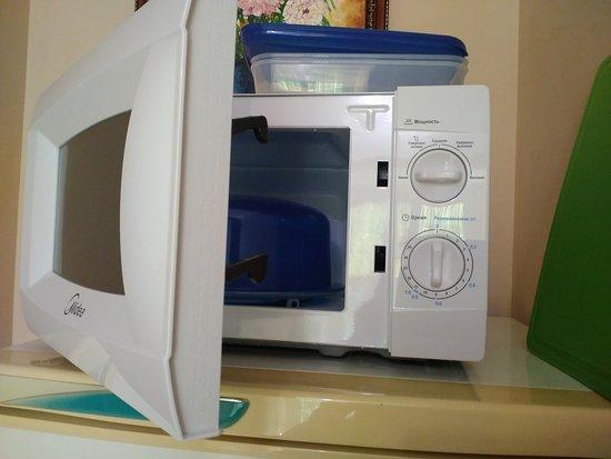 Микроволновая печь, разделочная доска, контейнеры для еды.