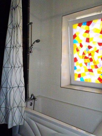 Ванная комната с витражным окном, создающим настроение. Автономная круглосуточная подача воды.