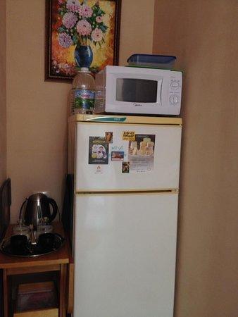 Бутилированная вода, электро чайник, чай, сахар, СВЧ, полноценный холодильник и контейнеры для е