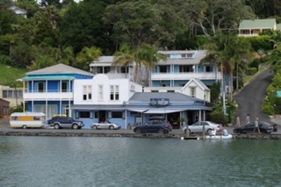 Mangonui Waterfront Apartments: The apartments from the water.