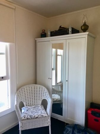 Mangonui Waterfront Apartments: Spacious wardrobe with plenty of storage.