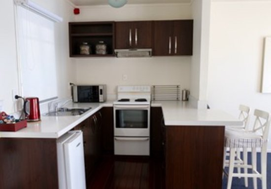 Mangonui Waterfront Apartments: Well-appointed kitchen.
