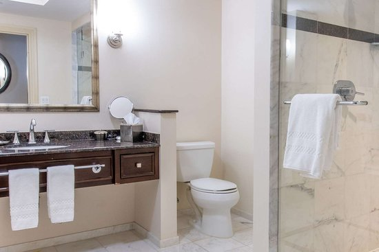 The Wyvern Hotel Punta Gorda- an Ascend Hotel Collection Member: Bathroom in guest room