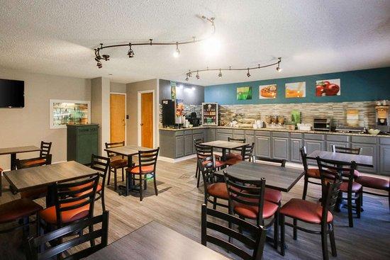 Quality Inn Clinton: Spacious breakfast area