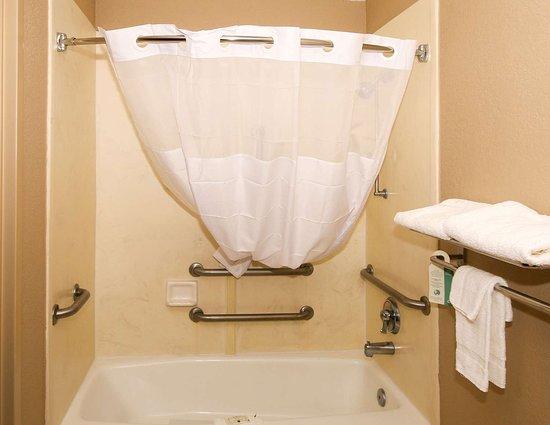 Quality Inn Clinton: Bathroom in guest room