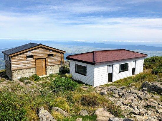 Mt. Iwaki: 山頂小屋