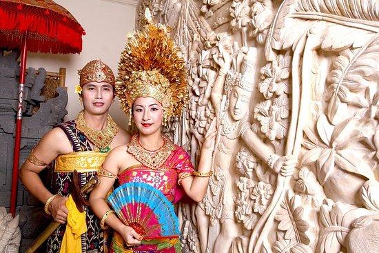 Posa in costume tradizionale balinese