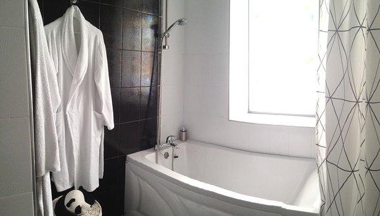 Общий вид ванной комнаты.