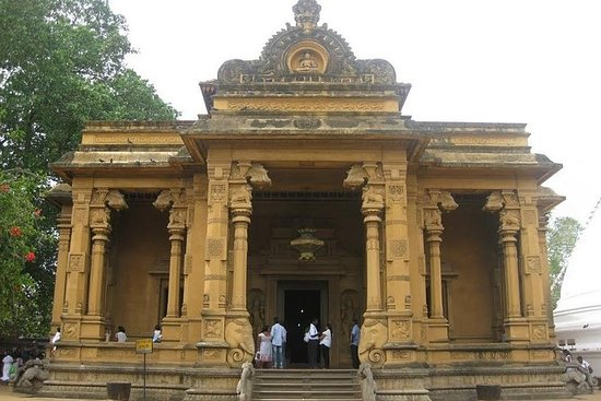 Shore Excursion Colombo Port to Kelaniya Temple & Colombo City for 4 to 6 People: Excursion from Colombo Port to Kelaniya Temple & Colombo City for 4 to 6 People