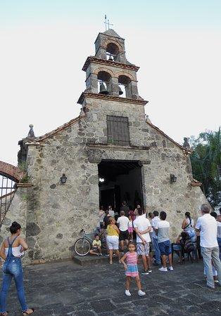 Mariquita, Colombia: Many people had to stand outside during Mass.