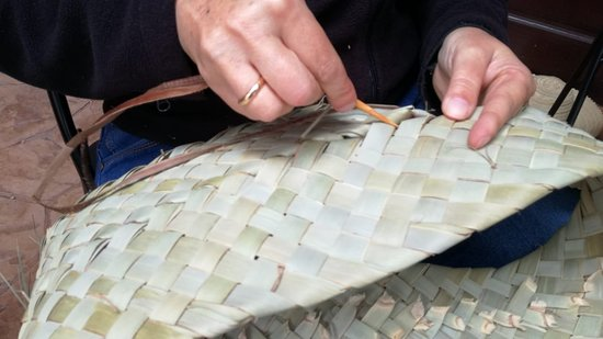 Alojera, Spain: La estera se cose con una aguja de madera y ristra de platanera