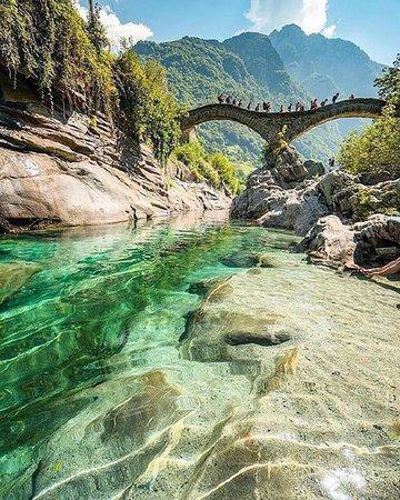 A famosa ponte de arco duplo em Lavertezzo, na Suíça.