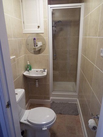 TRIPLE ROOM BATHROOM SMALL AND COMPACT BUT ADEQUATE