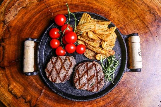 Filé mignon, servido com batatas fritas rústicas. Disponível no menu do almoço.