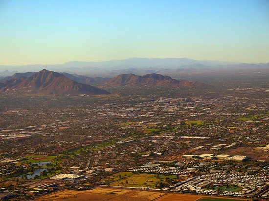 United Airlines: UA5512 LAX to PHX EMB-175 FC Seat 2D - Final Approach to PHX