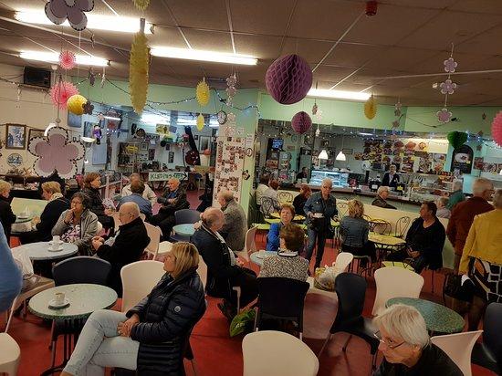 Kerkrade, هولندا: Toppie lekker genieten van een gratis kopje koffie  op de Snuffelmarkt