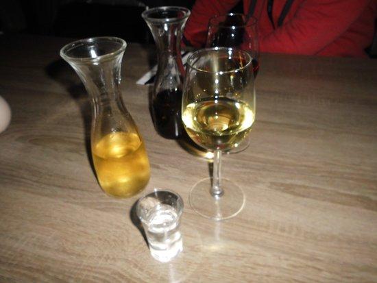 Delfzijl, The Netherlands: Retsina und Rotwein. Der Ouzo war ein kostenloses Willkommensgetränk.