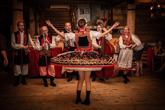 小屋風格的夜晚與民俗表演和克拉科夫的傳統盛宴