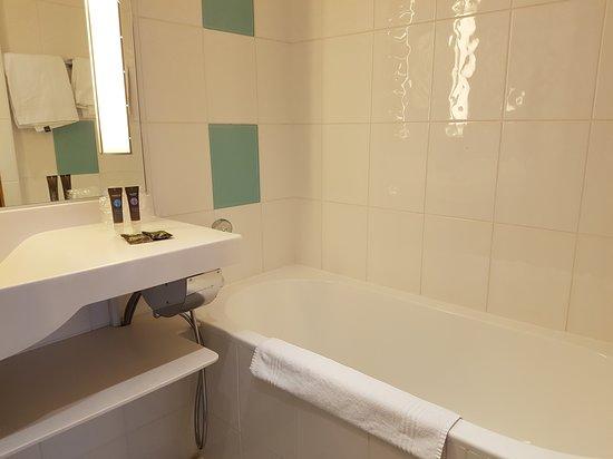 Baignoire salle de bain. - Picture of Novotel Bucarest City ...