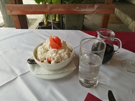 Niska Banja, Serbia: Tomaten-/Gurkensalat mit Käse