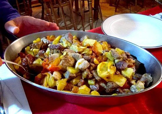 Roccadaspide, Italie : Sfrionza di maiale con patate e peperoni sott'aceto