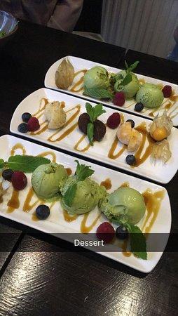 Dessert: Mochi med 3 olika smaker & 3 kulor matcha glass med frukter