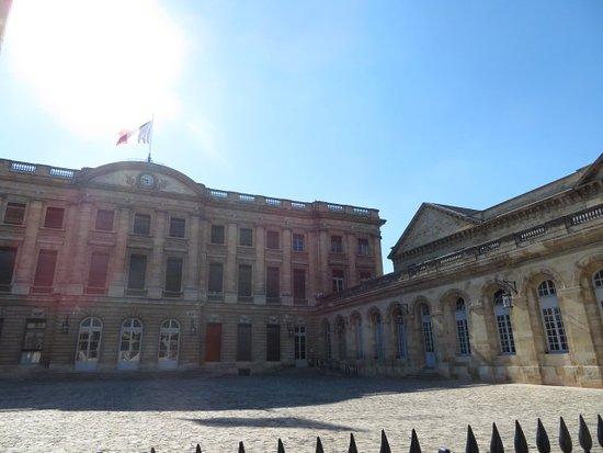 Hotel de Ville (City Hall): 優雅な建築物です