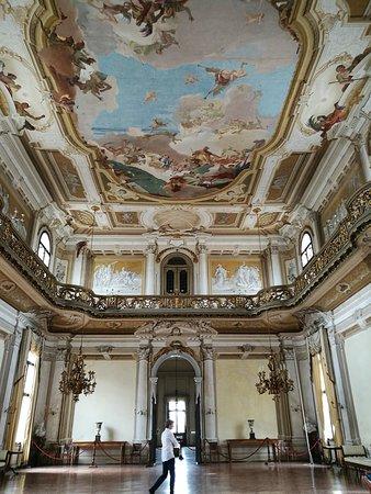 Museo Nazionale di Villa Pisani: Stra in provincia di Venezia, il salone da ballo di Villa Pisani. Sul soffitto affreschi di G.B. Tiepolo.