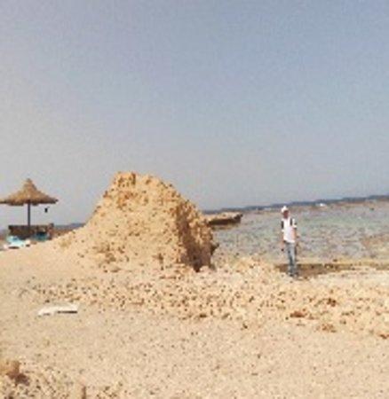 pensee Royal Garden: Strand außerhalb des Hotelgeländes