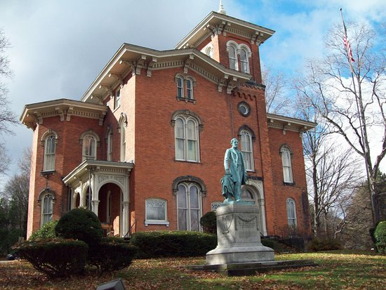 Jamestown, Estado de Nueva York: Front of the Fenton Mansion with a statue of former Governor Reuben Fenton