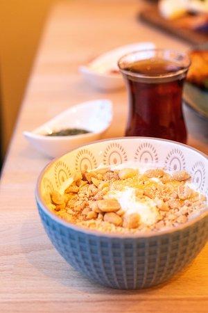 Crème de yaourt au miel et aux éclats de cacahuètes