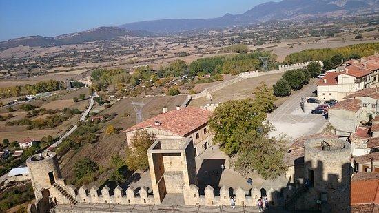 Aunque la restauración del castillo en realidad es la de una fortificación defensiva, merece la pena subir hasta lo más alto por las espectaculares vistas.