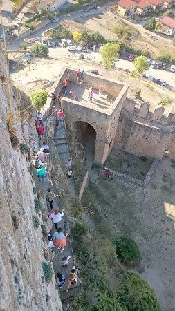 Los altos y numerosos escalones pueden dificultar el acceso a algunas personas.