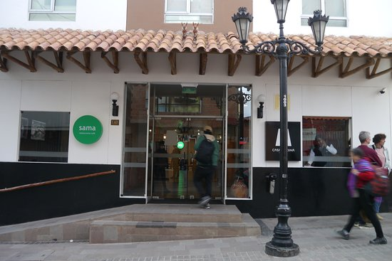 Casa Andina Standard Puno: Hotel front door is situated on a sloping street