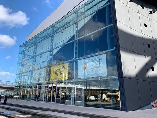 Angers, France : Vue extérieure du cinéma Pathé et regard de l'étage