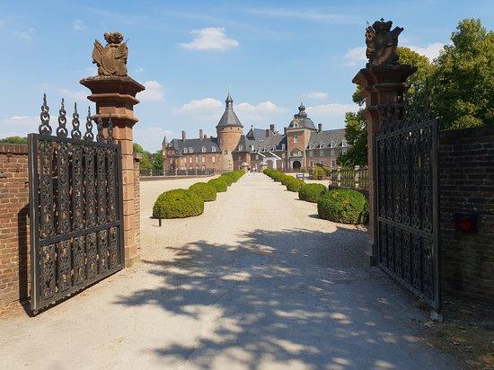 Parkhotel Wasserburg Anholt: Die Zufahrt zum Schloss ist traumhaft