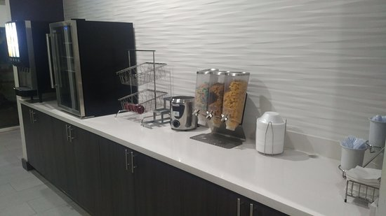 La Quinta Inn & Suites by Wyndham Lake Charles - Westlake: Food hard to come by in breakfast area even at opening. Staff blamed customers and lack of ordering from management.